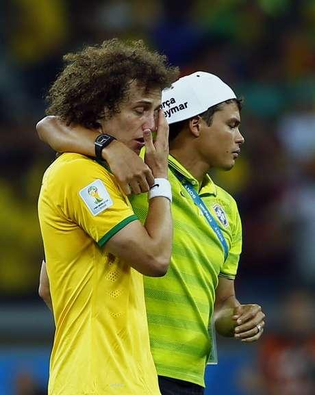 Jogadores e comissão técnica lamentam a goleada por 7 a 1 contra a Alemanha e eliminação da Copa do Mundo no Mineirão. Na foto, David Luiz chora no gramado