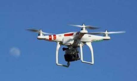 Na versão dos acusados, o quadricóptero controlado remotamente do modelo DJI Phantom 2 estava voando a uma altitude de 300 pés