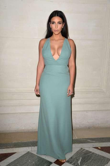 Kim Kardashian escolheu um decote ousado para ir ao desfile do Valentino nesta quarta-feira (9), na semana de moda de Paris