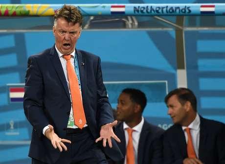 <p>Técnico Louis van Gaal em partida contra a Argentina; resposta a Felipão após 20 dias</p>