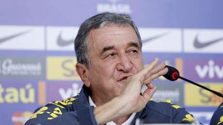 Carlos Alberto Parreira durante coletiva de imprensa no dia seguinte à derrota para a Alemanha