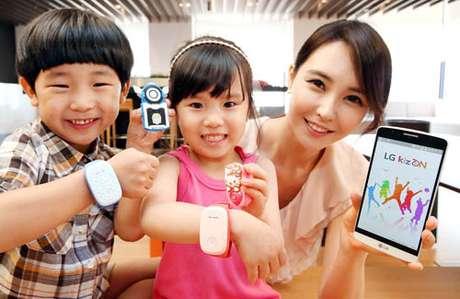 <p>Crianças podem apertar um botão na pulseira inteligente para ligar para diretamente aos pais</p>
