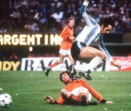 Luque salta sobre Brandts na final da Copa de 1978