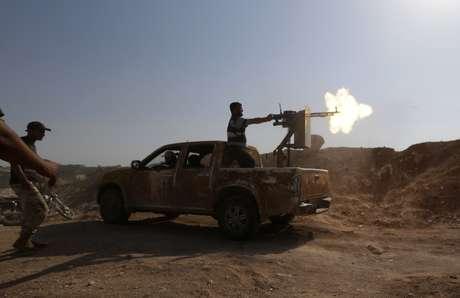 <p>Membros do Exército Livre da Síria disparamuma metralhadora durante uma ofensiva para assumir o posto de controleal-Zaalana,que permanece sob o controle do governo, emIdlib, em 9 de julho</p>