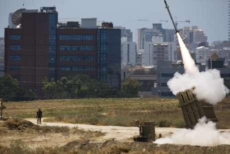 <p>Um lançador de Iron Dome dispara um foguete interceptador na cidade israelense de Ashdod, em 11 de julho</p>