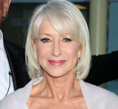 A atriz Helen Mirren investe no grisalho com sofisticação