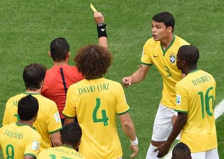 Capitão Thiago Silva recebe cartão amarelo após entrada em Robben