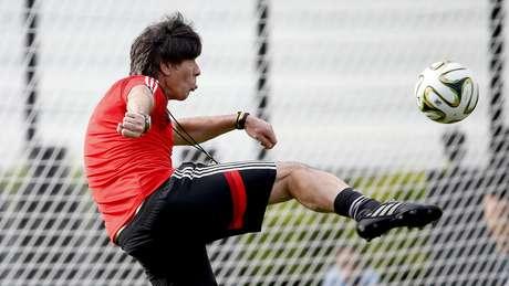 <p>Treinador Joachim Löw mostrou falta de habilidade durante brincadeira com Schweinsteiger em treino da Alemanha</p>