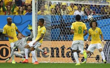 Jogadores brasileiros ficam sem reação após ataque da Holanda que resultou no segundo gol contra o Brasil