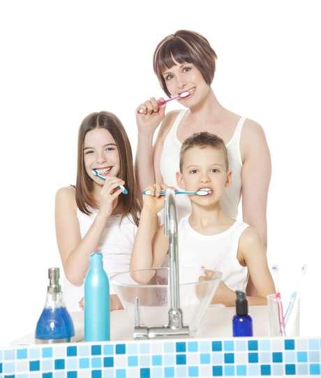 <p>Es fundamental cuidar los dientes permanentes con una rutina adecuada de cepillado e hilo dental</p>
