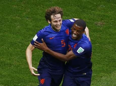 Jogador Daley Blind comemora com Georginio Wijnaldum ao marcar o segundo gol da HOlanda