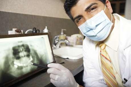 <p>La enfermedad periodontal comienza con las bacterias presentes en la boca que se acumulan alrededor de los dientes</p>
