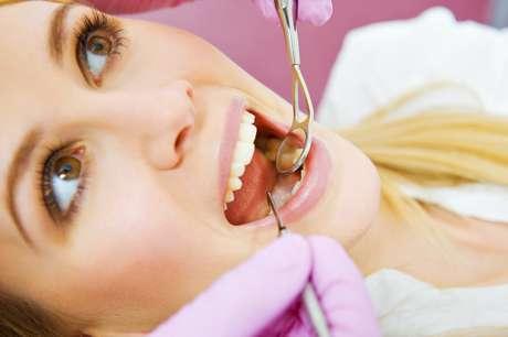 <p>Las muelas del juicio que emergen parcialmente o erupcionan giradas, también pueden provocar un apiñamiento doloroso y enfermedad</p>