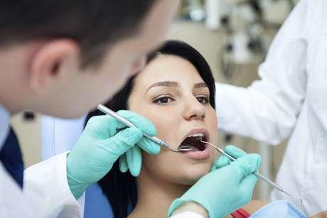 <p>Al consultar a su dentista, puede discutir los próximos pasos necesarios para reducir la erosión dental</p>