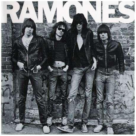 Tommy aparece na capa do primeiro disco da banda: 'Ramones', de 1976; o baterista, o segundo da esquerda para a direita, está na ponta dos pés