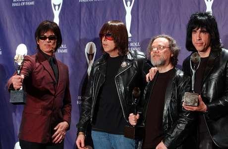 <p>Dee Dee, Johnny, Tommy e Marky Ramone posam durante cerimônia que marcou a entrada da banda no Hall da Fama do Rock and Roll, em março de 2002</p>