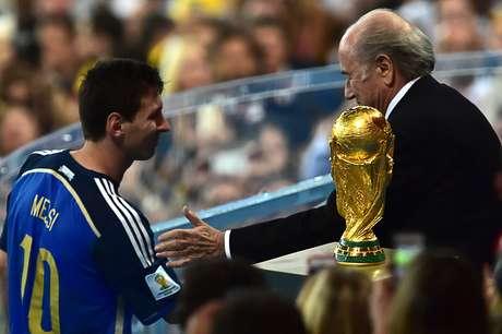 Messi recebe os parabéns de Blatter após ser escolhido o melhor jogador da competição