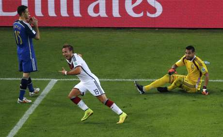 Aos 8min da prarrogação, Schweinsteiger puxou jogada pela esquerda e cruzou pelo alto para Götze, que matou a bola no peito e chutou de perna esquerda para vencer Romero, abrir o placar e decidir o título da Copa do Mundo