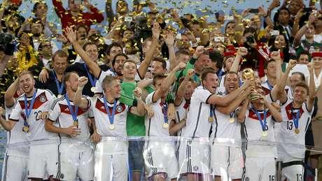 Seleção da Alemanha recebe a taça da Copa do Mundo e comemora o tetracampeonato no Maracanã