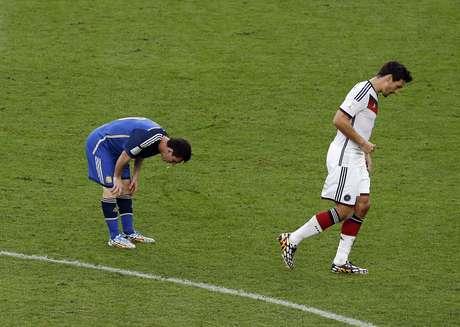Messi vomita em campo durante a final da Copa do Mundo contra a Alemanha no Maracanã