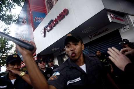 <p>Fotógrafo do Terra, Mauro Pimentel, é atingido pelo cacetete de um PM durante cobertura de protesto contra a realização da Copa do Mundo</p>