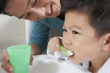 El flúor se obtiene básicamente por medio de alimentos, agua, suplementos vitamínicos y pastas dentales