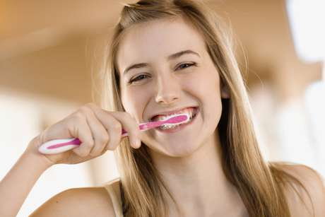<p>Los cepillos dentales eléctricos son una buena opción para limpiar los dientes, pero los comunes son eficaces si se usan correctamente.</p>