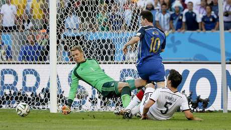 Messi tenta marcar contra a Alemanha em disputa com Hummels no Maracanã