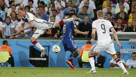 Höwedes vai para o chão em disputa com Pérez