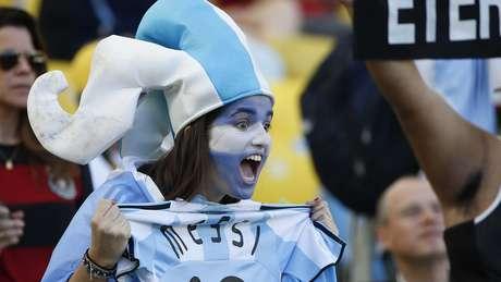 <p>Torcedores brasileiros e argentinos trocaram provocações com músicas no final da cerimônia no Maracanã</p>