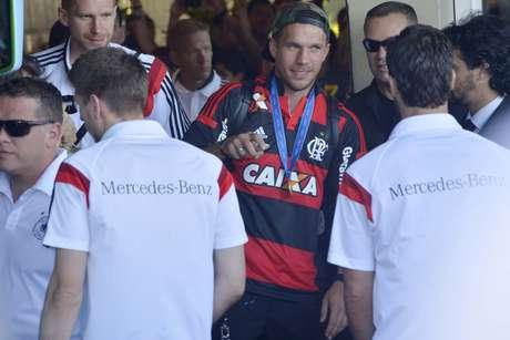 7047e8596d Copa 2014  Com troféu e camisa do Flamengo