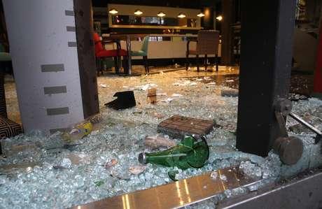 Garrafas quebradas foram resquícios do vandalismo que tomou Buenos Aires após o vice na Copa do Mundo