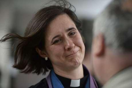 <p>Kat Campion-Spall da igreja de St Mary, em Merton, chora após a aprovação daordenação de mulheres como bispos, em 14 de julho</p>