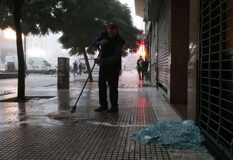 Ruas da capital argentina amanheceram com muta sujeira
