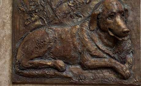 <p>Prefeitura fez uma estátua de bronze, que foi instalada em uma esquina de Budapeste</p>