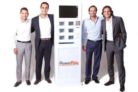 <p>Os sócios Daniel Canan, Fernando Gorayeb, Marcos de Luizi e Luis Palomares Filho, todos entre 20 e 30 anos, tiveram a ideia de trazer ao Brasil os totens de carregadores de celular</p>
