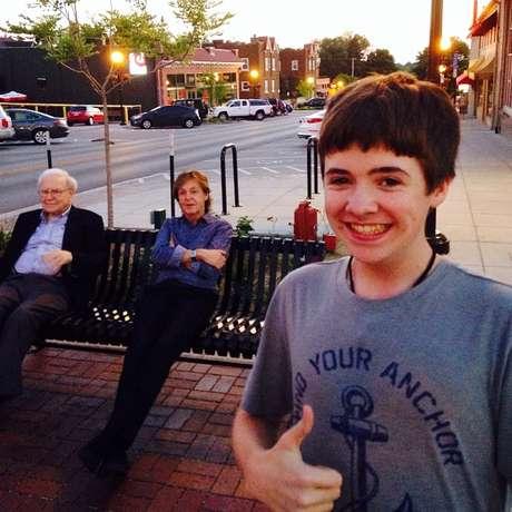 """<p>Na descrição da imagem, o jovem disse que estava """"relaxando com os meus amigos""""</p>"""