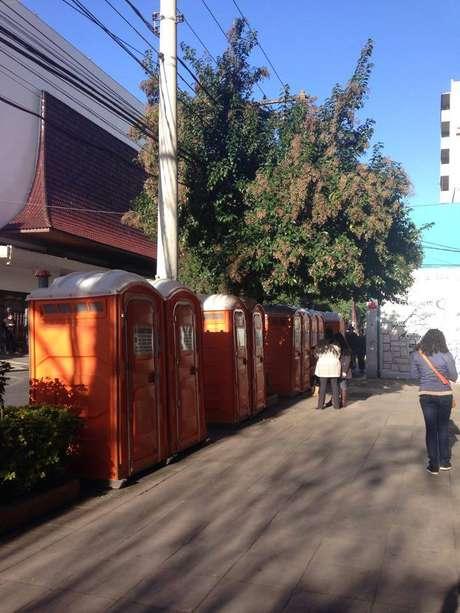 Colocação de banheiros químicos em frente a prédios residenciais também gerou queixas de moradores