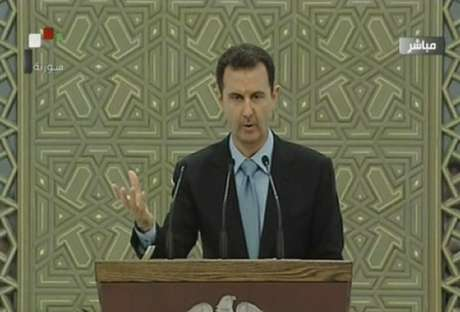 O presidente Bashar al-Assad discursa durante cerimônia de posse para novo mandato em meio à guerra na Síria; a cerimônia foi transmitida pela televisão estatal do país
