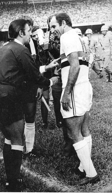 Armando Marques cumprimenta o meia Gérson, do São Paulo, em partida de 1971