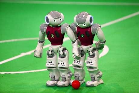 Robôs disputam a bola na RoboCup no Irã, em abril de 2014