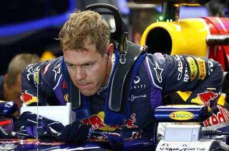 Vettel corre dentro de casa com a Red Bull