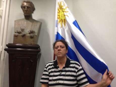 Ativista dentro do consulado uruguaio no Rio de Janeiro
