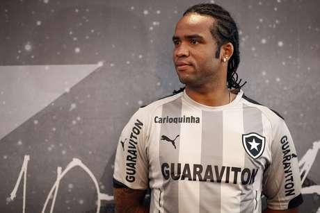 Carlos Alberto em apresentação de quarta camisa do Botafogo ab929a80db187