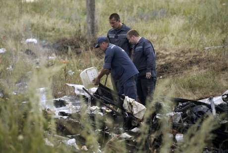 <p>Membros do Ministério de Emergências da Ucrânia trabalham no local do acidente do avião da Malaysia Airlines na Ucrânia</p>