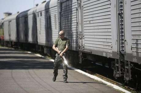<p>Militante separatista pró-Rússia monta guarda em uma estação ferroviária na cidade de Torez, no leste da Ucrânia; instabilidade na região leva alemães a sonharem com Copa de 2018</p>