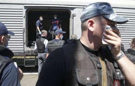 Monitores internacionais e especialistas forenses inspecionam os restos mortais das vítimas da queda do avião da Malaysia Airlines em um vagão refrigerado estacionado em uma ferroviária em Torez, na Ucrânia, nesta segunda-feira. 21/07/2014