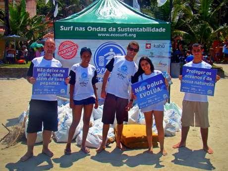 Surfistas e voluntários promovem a limpeza de uma das praias na cidade de Itanhaém, em São Paulo. Há 14 anos, a Ecosurf visa à preservação das praias, mares e oceanos aliada a prática sustentável do surfe