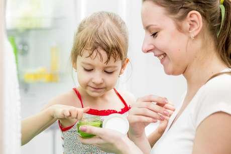 Os produtos para crianças possuem uma textura mais neutra e suave, além de serem hipoalergênicos e provocarem poucas reações ou efeitos colaterais. Livre de contraindicações, eles podem ser usados à vontade por adultos com qualquer tipo de pele, com exceção, é claro, daqueles que apresentam alergias aos componentes dos cosméticos