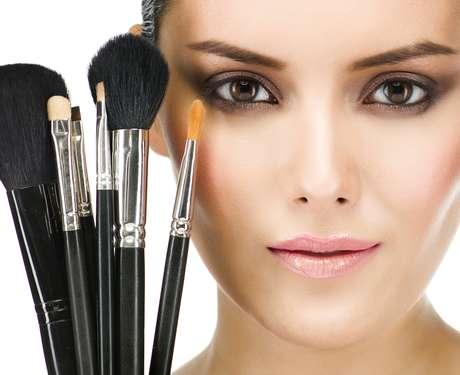 Además de colorear la cara y cubrir imperfecciones, los maquillajes también pueden ayudar a combatir la grasa, la deshidratación, la flacidez y el acné.